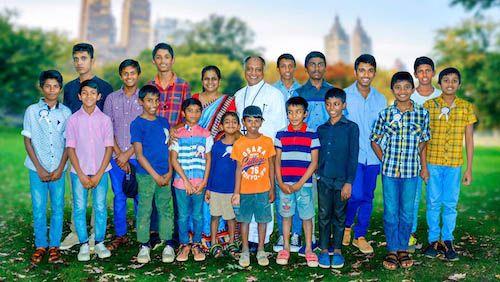 Groepsfoto jongens kinderhuis Sjaloom in Sri Lanka